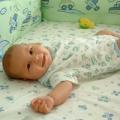 Ліжечко новонародженої дитини: матрац, ковдра, подушка ..?